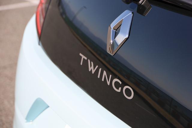 画像17: オープンカー好き女子がトゥインゴのキャンバストップに乗ってみた! 【JAIA 輸入車試乗会】