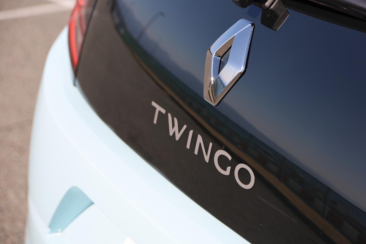 画像17: オープンカー好き女子がトゥインゴのキャンバストップに乗ってみた! 【JAIA 輸入車試乗会 vol.1】