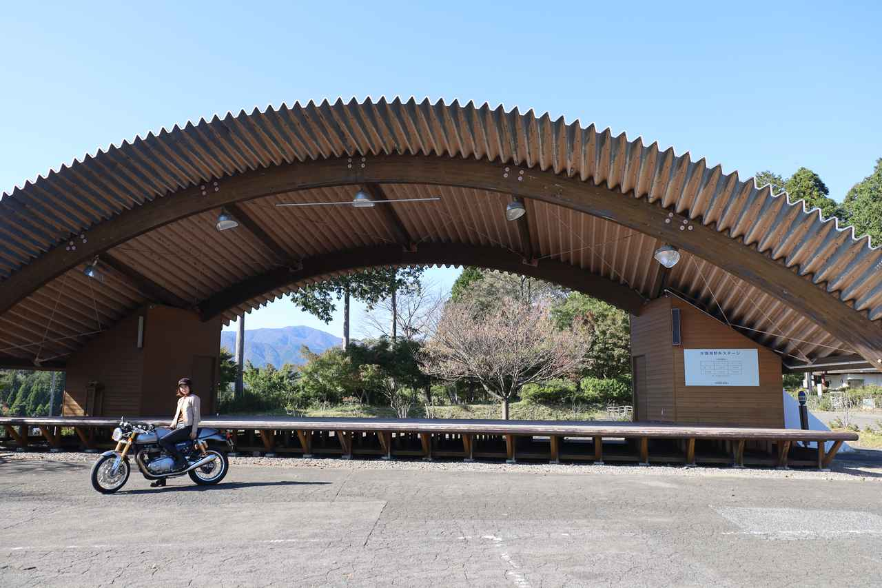 画像: 造形美なドームの前でパシャリ。