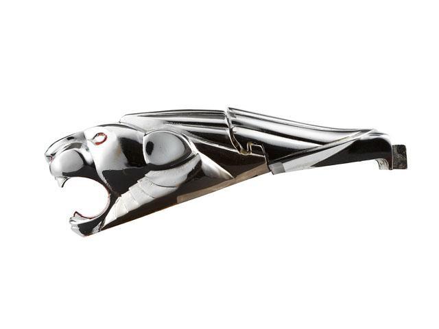 画像: 1935年頃。フロントグリルに取り付けられました。なんだかジャガーの立体エンブレムを彷彿させますがw…よく見るとちゃんとプジョーライオンの頭部があしらわれたデザインです。何やら真ん中に切り込みがありますが、首がカクンと折れるのでしょうか?
