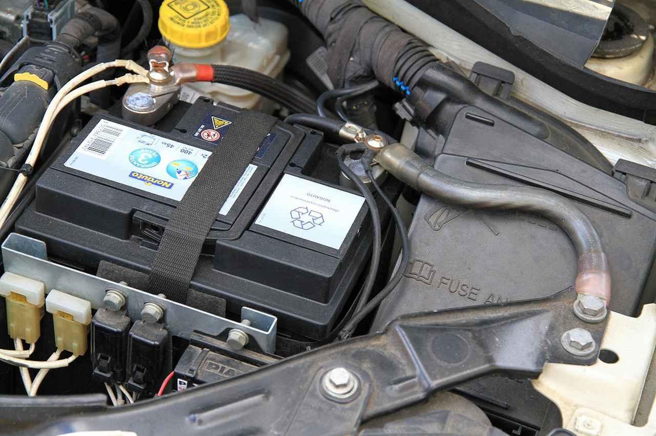 画像: アーシングケーブル。バッテリーはNorauto。