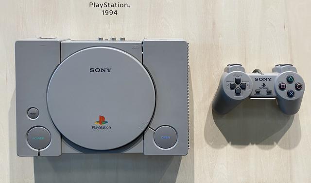 画像: 1994年に発売された、ソニー・コンピュータエンタテインメント(現:ソニー・インタラクティブエンタテインメント)による家庭用ゲーム機第1号であるプレイステーション®。△、◯、✕、□ボタンのアイコンは後継機のトレードマークとなった。 ちなみに2015年にはニューヨークの出版社から、ソニーの歴代製品を紹介した写真集が出版されている。 www.sony.co.jp
