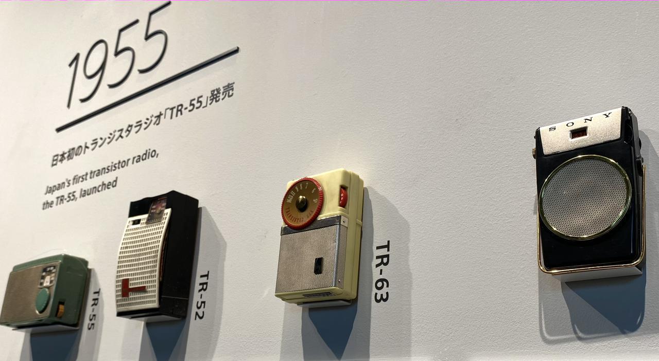 画像: 1955-58年までの歴代トランジスタ・ラジオが並ぶ。