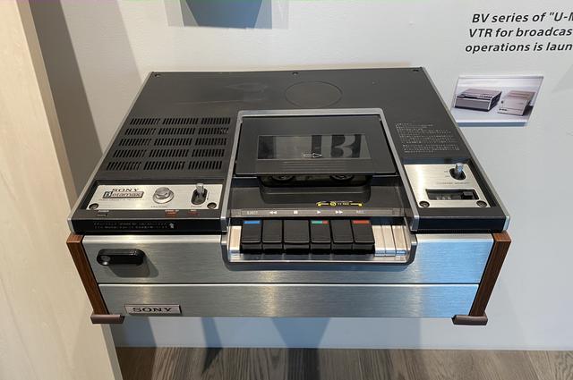 画像: ベータ方式VTRの1号機である1975年「ベータマックスSL-6300」。同年には、TVチューナー内蔵のモデルも登場。裏番組録画が可能になった。