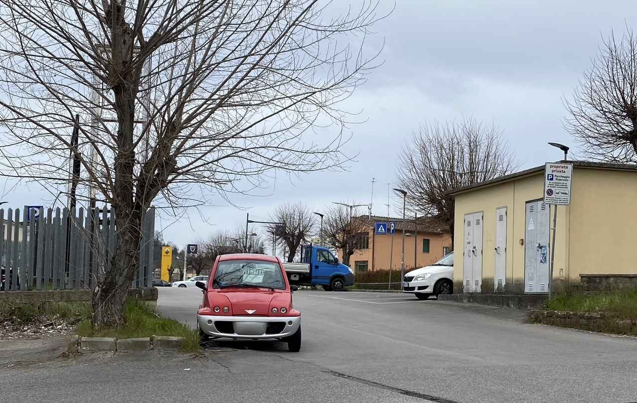 画像: 外出制限で閑散とした公共駐車場。VENDESI(売りたし)の張り紙とともに置かれたイタリア製クアドリチクロ「ジンコ」。2020年4月10日、シエナにて撮影。