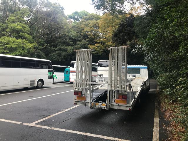 画像: 前日のミーティングではスペースの関係で、参拝客を乗せてきたバスの駐車場に停めさせていただく一幕も。