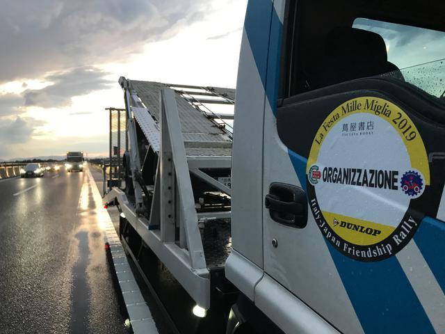 画像: 3日目の夕方豪雨の北関東道で止まってしまったベントレー。一般道までの短距離回送。