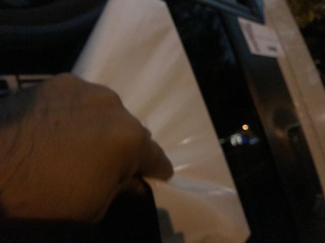 画像: ステッカーを剥がす時はレッカー部隊でも一抹の寂しさがこみ上げるもの。