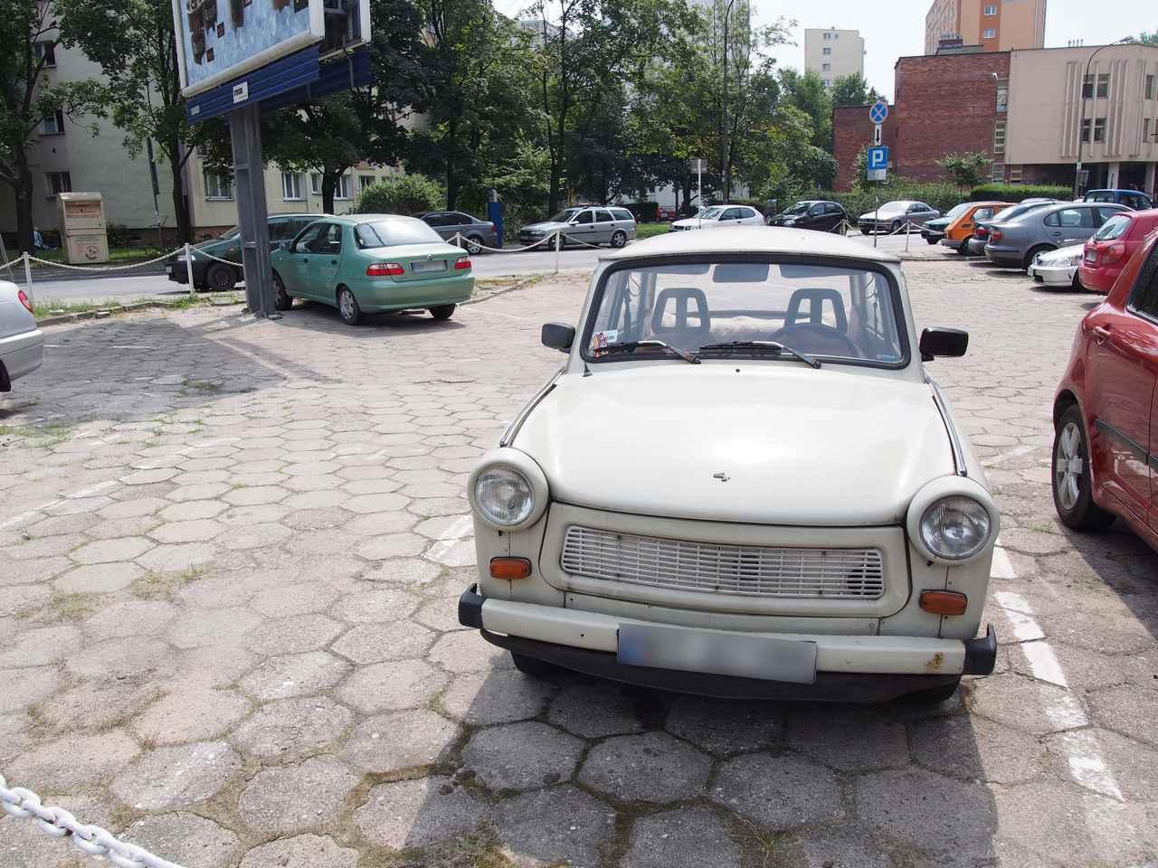 画像: 旧東ドイツの国民車トラバント。2013年ポーランドのワルシャワにて撮影。