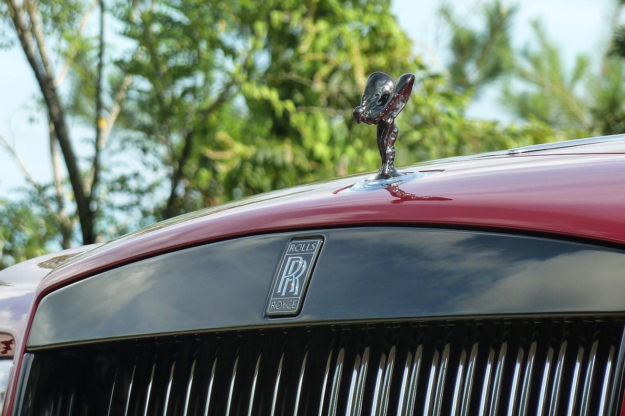 画像: 「ブラック・バッジ」のスピリット・オブ・エクスタシーとパルテノングリルは、ハイグロス・ブラック・クロームの専用カラーになる。