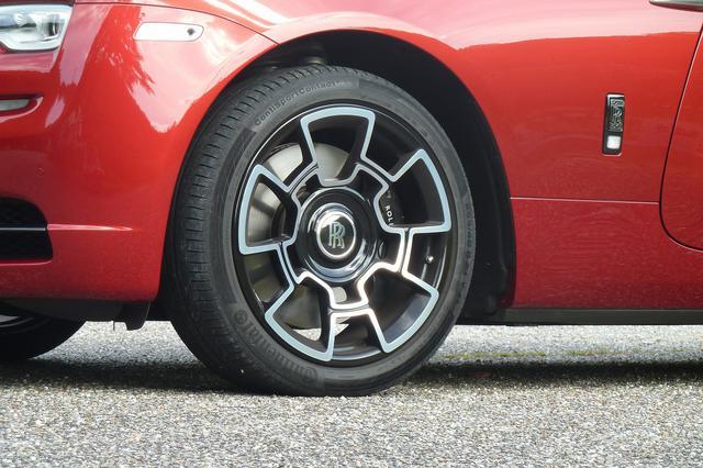 画像: 21インチの専用ホイールは開発に4年を掛けたというカーボンコンポジット製を採用。タイヤはコンチネンタル製。ホイールのセンター部分にあるロールス・ロイスのロゴは、特殊な構造によって、走行中も停車時も常に直立している。