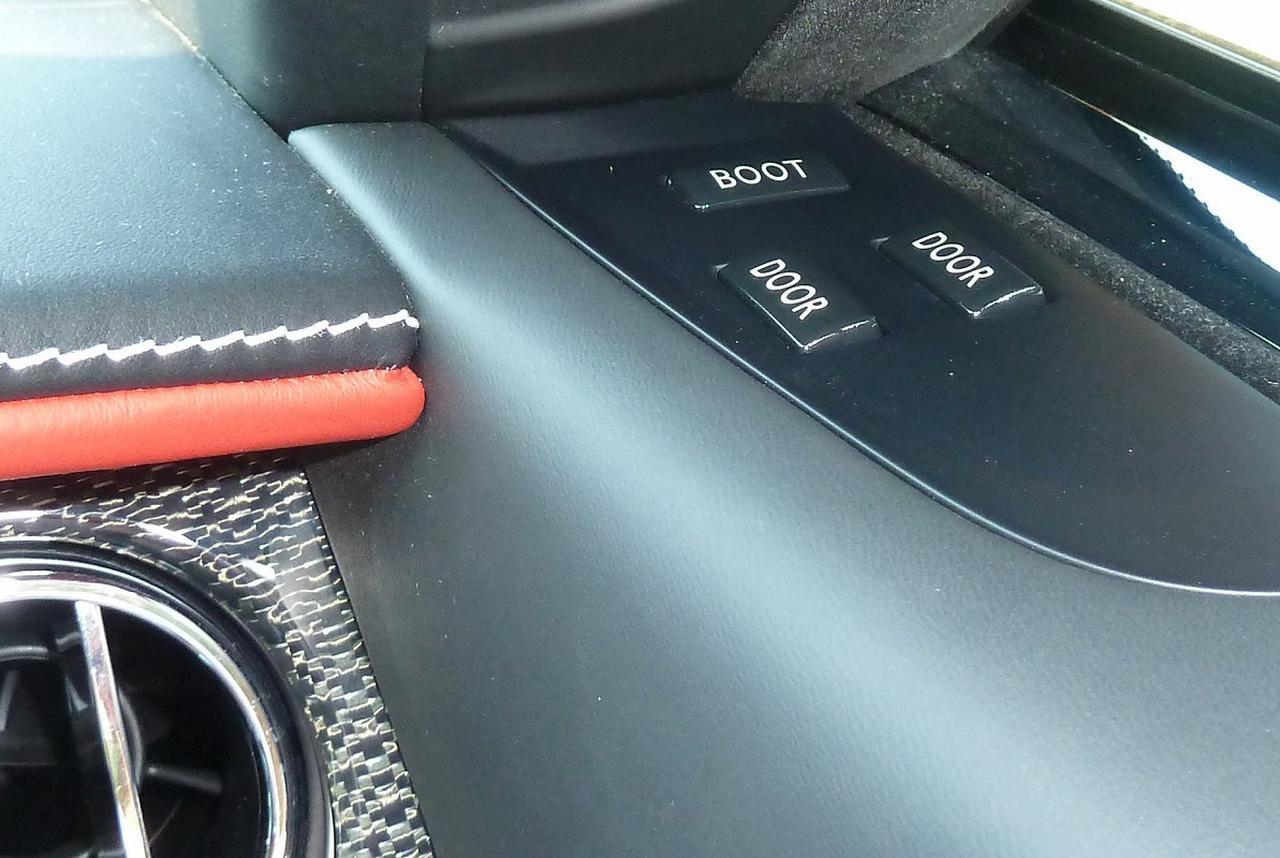 画像: ドアは、もとになるゴーストやレイスと同じく後ろヒンジタイプで、大きく開き、ゴーストやレイス同様、前開きの大きなドアをドアトリム上部にあるクローズドスイッチで開閉できる。