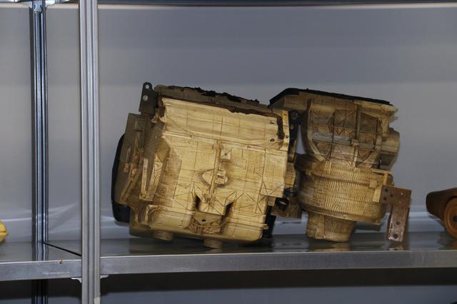 画像: 開発時に、各種部品が収容できるかを検討するため作られたモックアップ。3Dプリンターが誕生するはるか前の職人芸である。