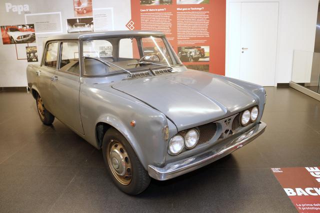 画像: 1959年に試作された「ジュリア」の公道試験車。アルファロメオと分からないようにカモフラージュされ、隣国の旧ユーゴスラビアでテストが行われた。