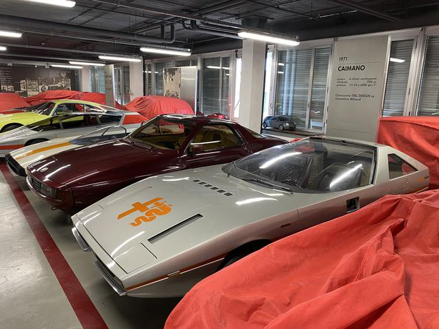 画像: カロッツェリア作品が並ぶ一角。一番手前は、イタルデザインによる1971年「カイマーノ」。攻撃的なスタイルだが、実は中身は「アルファスッド」である。左隣はザガートによる1983年「ゼータ6」。