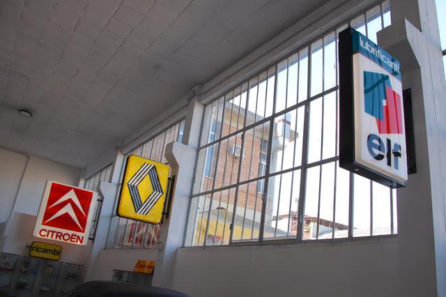 画像: ショールームには、懐かしい指定サービス工場や販売店の看板が。