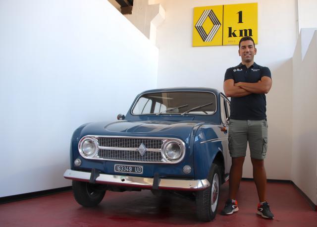 画像: フランス車専門パーツショップ「デ・マルコ・パーツ」の店主、マッシモさん。かつて地元サッカーチームの選手としても活躍していた。堂々たる体格は、そのためだった。