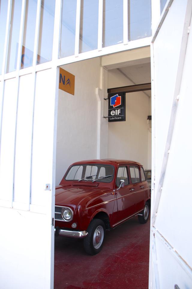 画像: その店は、シエナ県ポッジボンシ市の倉庫街にあった。