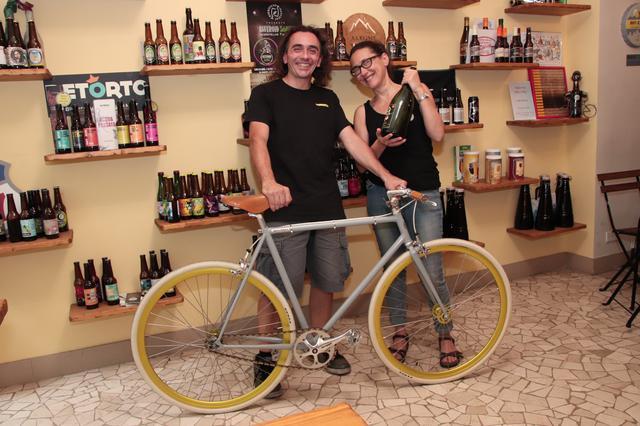 画像: ビアカフェ「ビチ・エ・ビッラ」のルカさん(左)とパートナーのアンナさん(右)。