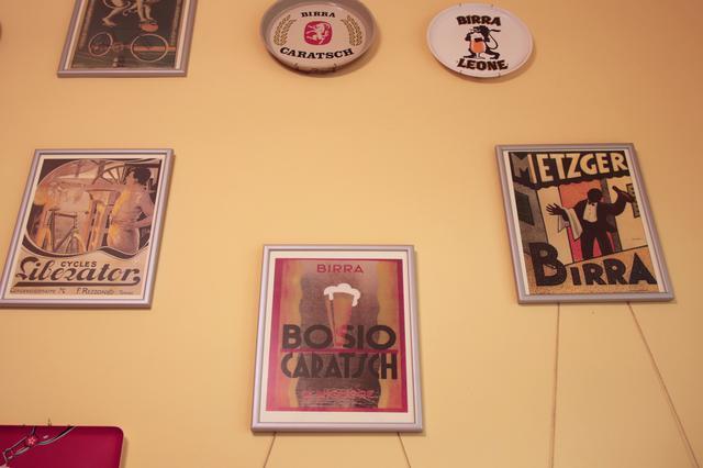 画像: 壁には、トリノをはじめとするいにしえのイタリアのものを中心にビール&自転車工房の広告が。