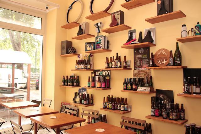 画像: 店内には、クラフトビールがブランド別に並ぶ。その上には自転車用アクサセリーの販売品が。