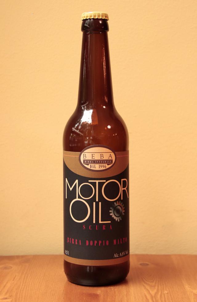 画像: トリノのベーバ社による黒ビールは、その名も「モーターオイル」。アルコール度6.8%と強め。