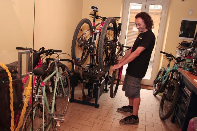 画像: 店の半分は自転車の修理ブース。ルカさんの理想が店となった。