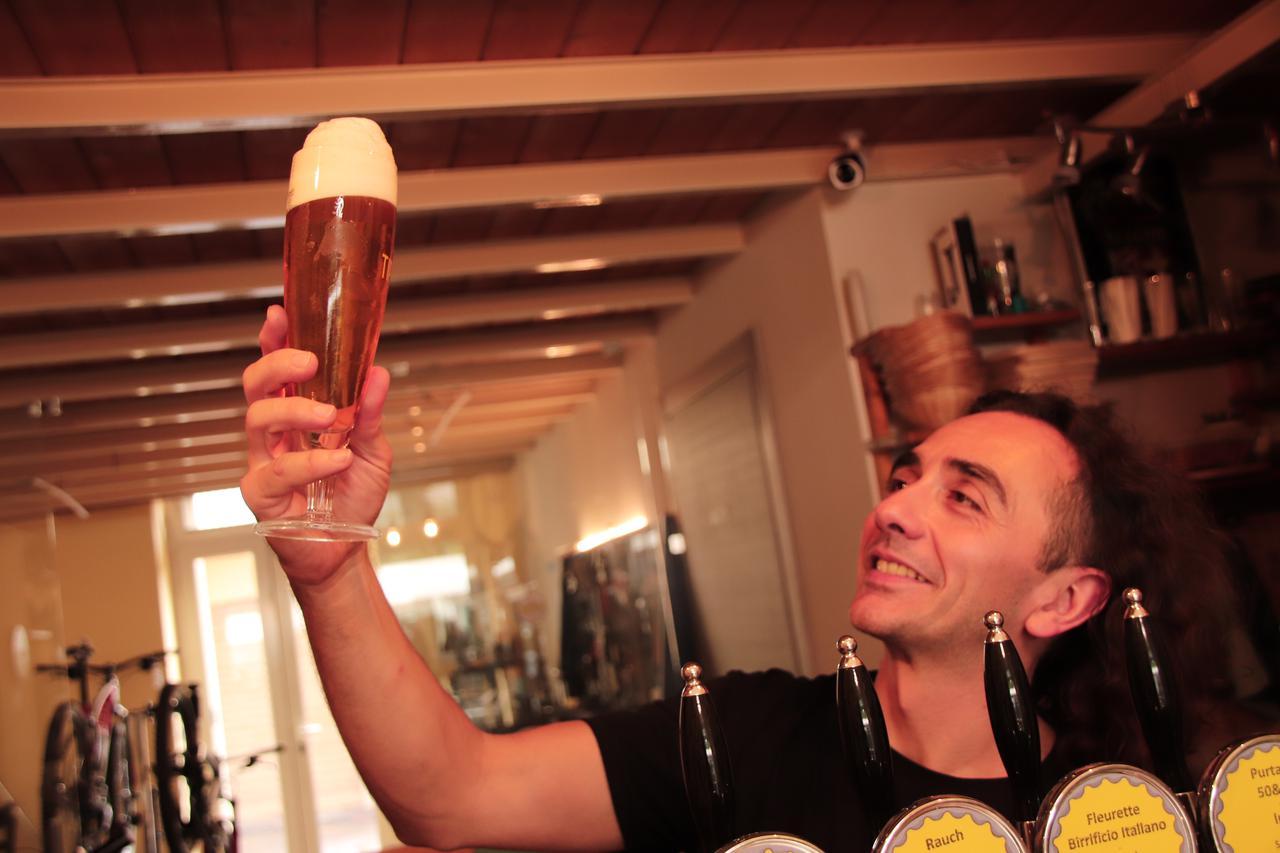 画像: サーバーで注いだばかりのビールに軽やかな泡が踊る。