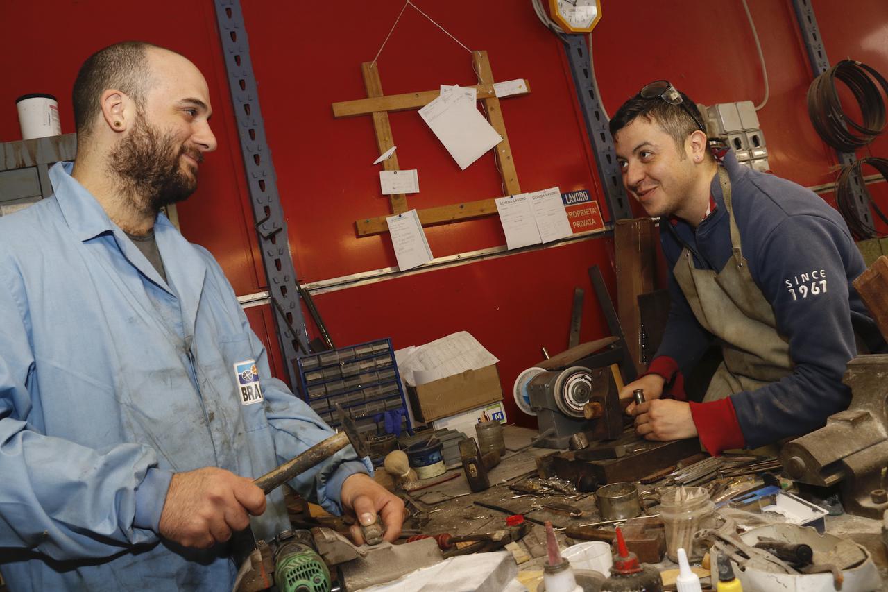 画像: カスタムナイフ作りを生業とするアレッサンドロ・フォンターニ氏(右)とヤコポ・ガニャルリ氏(左)。全工程を手掛けられるナイフ職人としては、町内で最も若い。