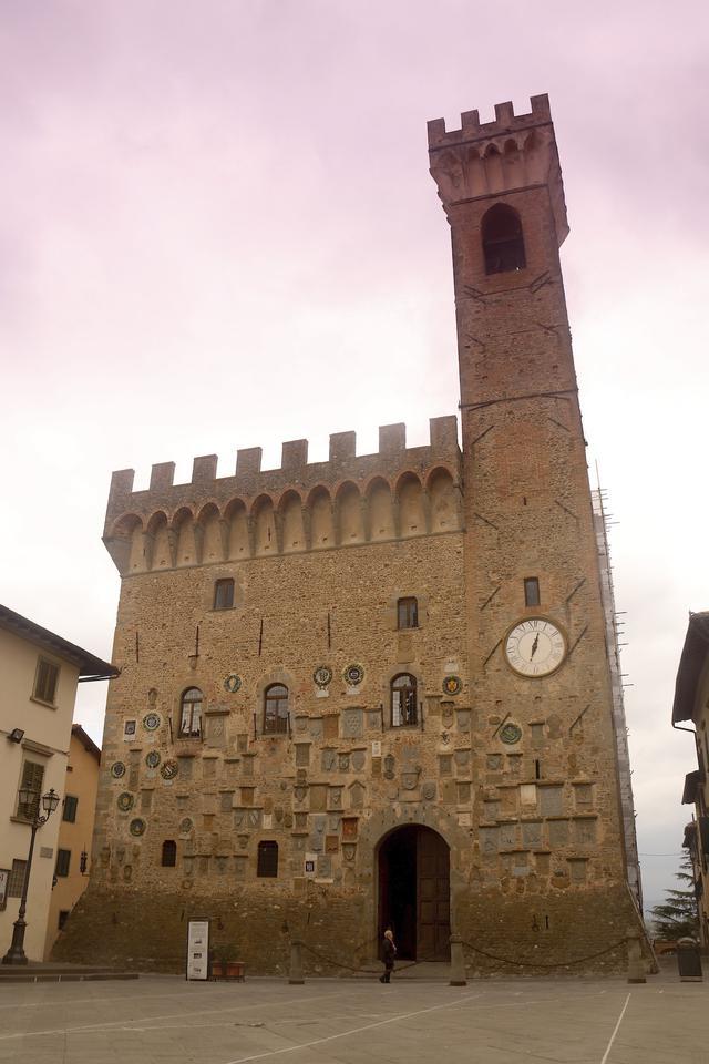 画像: スカルペリーアの旧市庁舎は15世紀に歴史をさかのぼる。サンピエロ町と合併する前は、長く市役所として使われていた。