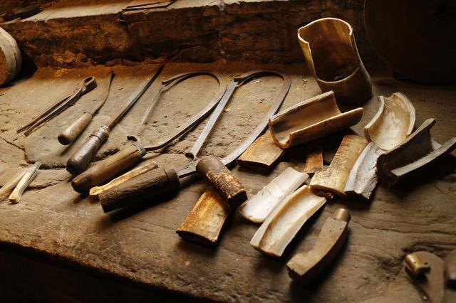 画像: 工房跡に残されている当時の工具。