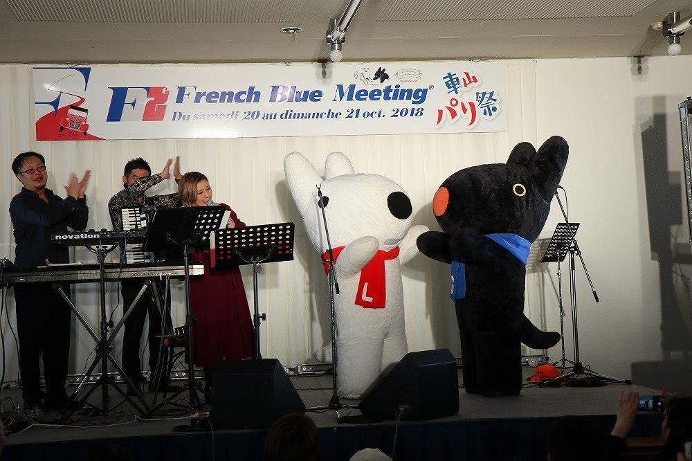 画像: フランスの絵本「リサとガスパール」の2匹が登場すると「かわいい~」の歓声が上がります。