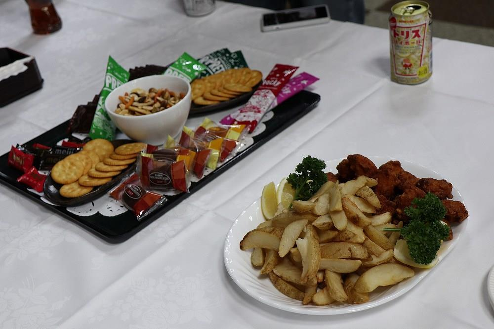画像: 軽食やお菓子、アルコール、ドリンクなどが用意されています。