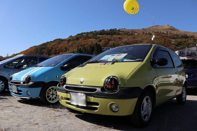 画像: こちらは黄緑と水色の初代ルノー トゥインゴです。小さな車体にコロンとしたフォルムがフランス車ならではの愛らしい存在感を放っていました。