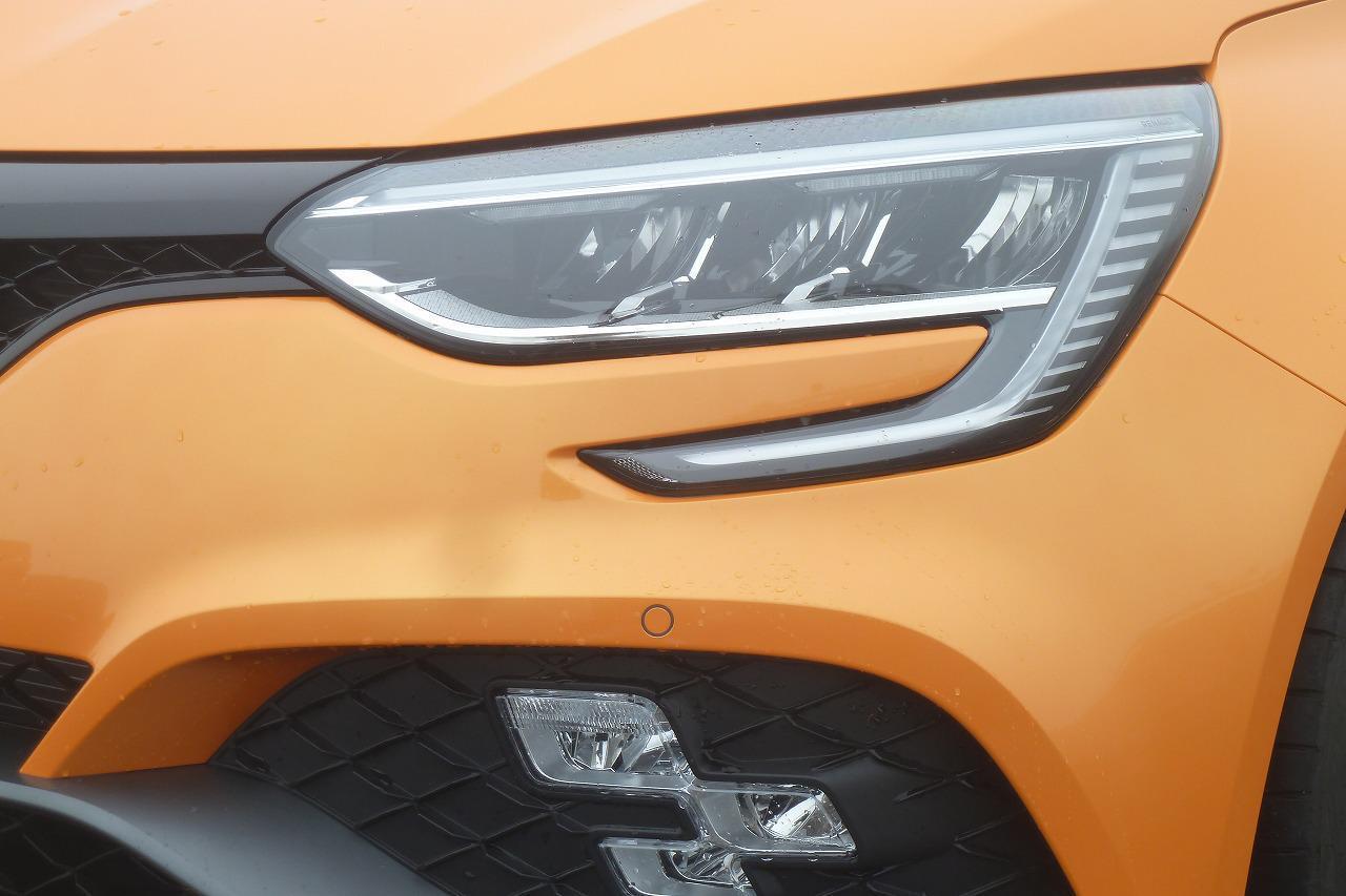画像: フルLEDのヘッドライトに加えて、チェッカーフラッグをイメージした3連LED、R.S.ビジョンを組み合わせている。