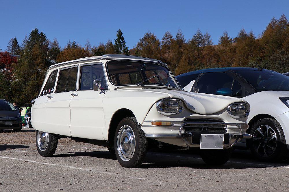 画像: 2CVベースの上級モデルとして登場したアミ6。他に似ている車がないほど個性的なデザインで多くの愛好家を持つクラシックカーです。
