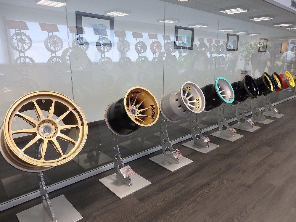 画像: レース用のホイール、バイク用のホイールなども展示されています。