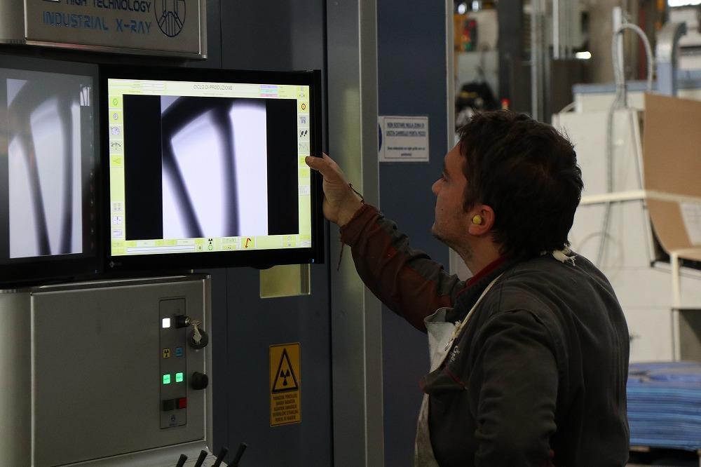 画像: 例えばこちらはホイールにX線を照射して内部の状態を確認している場面です。