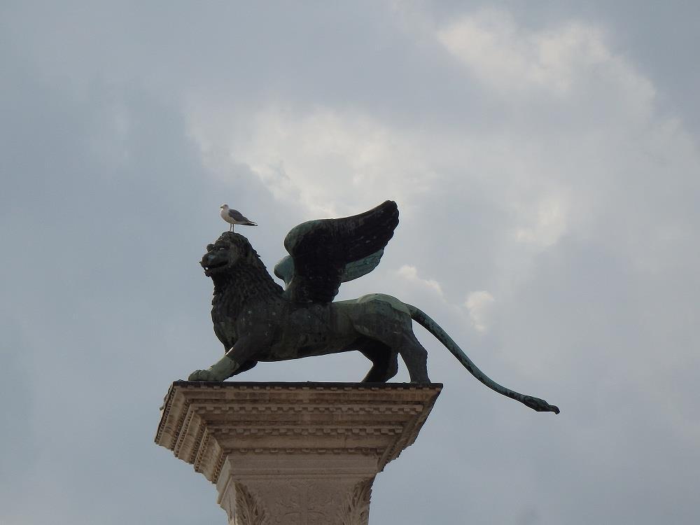 画像: サンマルコ広場の小広場には2本の柱があり、頂上にはヴェネチアシンボルである有翼ライオンの彫像があります。