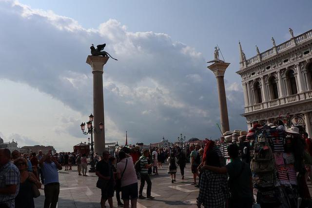 画像: 中世の時代、この2本の柱の間に死刑執行台を設置した為、ヴェネチア人は柱の間を通り抜けないのだそうです。