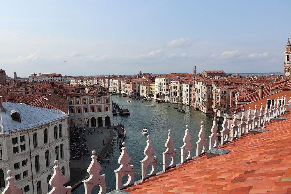画像: DFSの屋上からはヴェネチア市街を一望できます。運河沿いに並ぶ赤レンガの建物は異世界のように素晴らしい光景です。