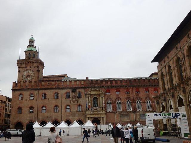 画像: ボローニャのマッジョーレ広場は歴史的建造物に囲まれた、中世の雰囲気が素敵な広場です。