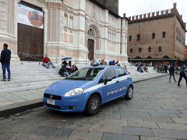 画像: イタリアではどの街にも中心地に広場があり、人が集まる憩いの場となっています。