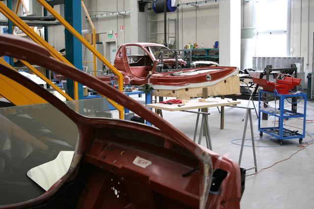 画像: ジンコの生産工場。FRPボディにスチール+コンポジット素材フレームの組み合わせだった。2007年シエナ県ポッジボンシで。