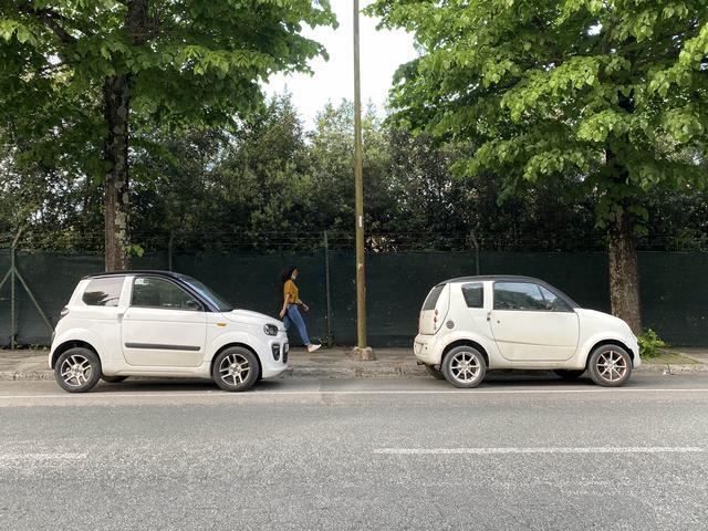 画像: 2台並んだマイクロカー。夕刻ゆえ、旧市街に散歩にやってきたお年寄りのクルマだろう。2021年5月、シエナにて撮影。