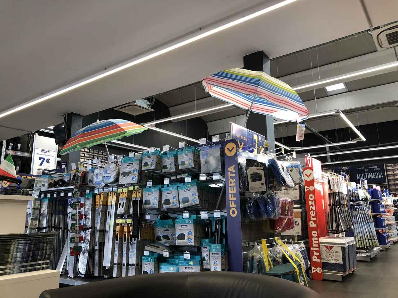 画像: 販売コーナーの様子。夏休み時期ということで、サンシェードやパラソルが目立つ。