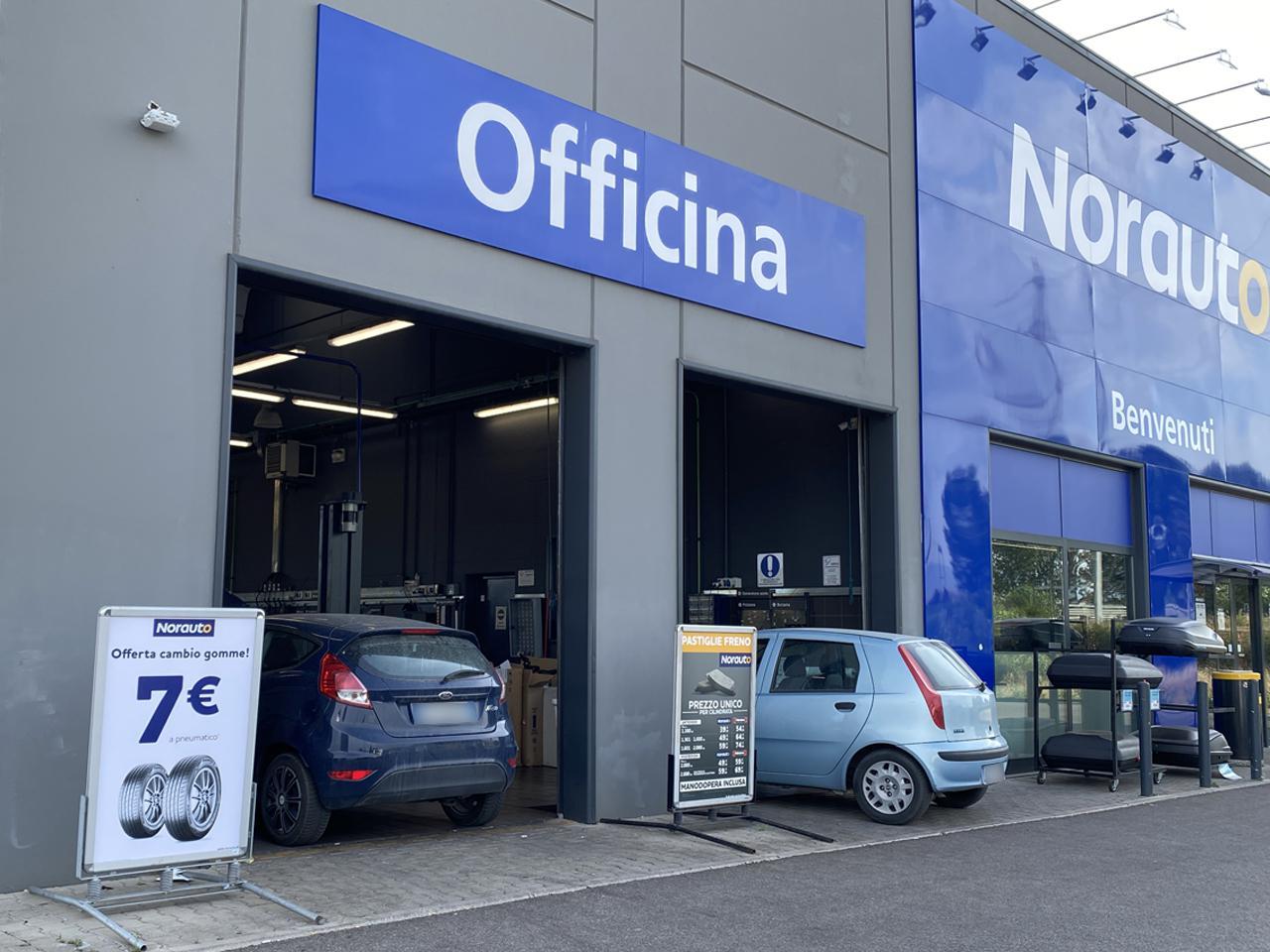 画像: 整備ブース入口脇にある立て看板のように、明朗な料金体系もイタリアでは革新的といえる。