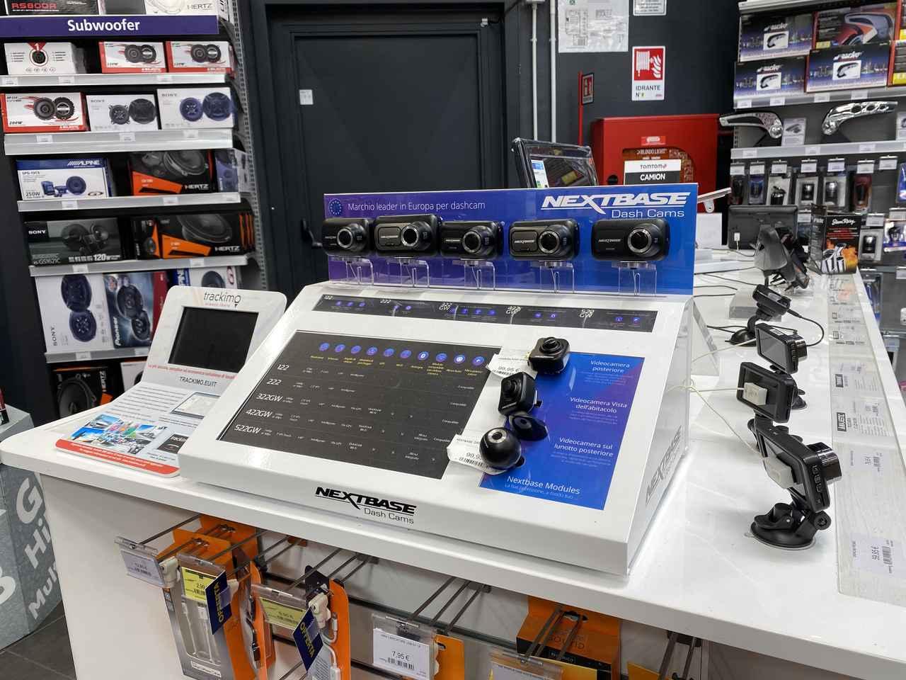画像: ドライブレコーダーの部。その店頭取り扱いスタートと品揃えの充実は、イタリア国内においてノルオートが早かった。