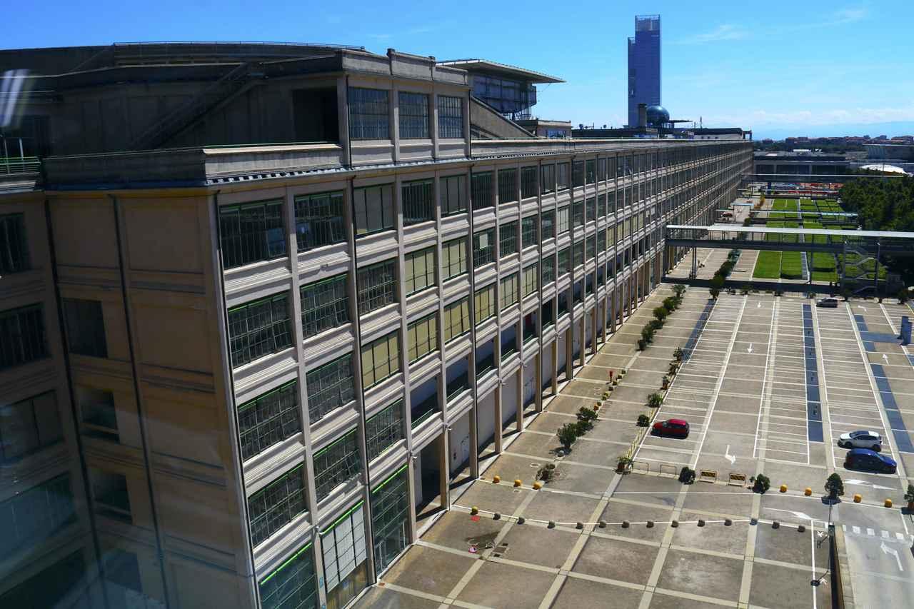 画像: 旧フィアット工場棟は今日、複合商業施設&オフィスとして使われている。「NHトリノ・リンゴット・コングレス」もこの中にある。