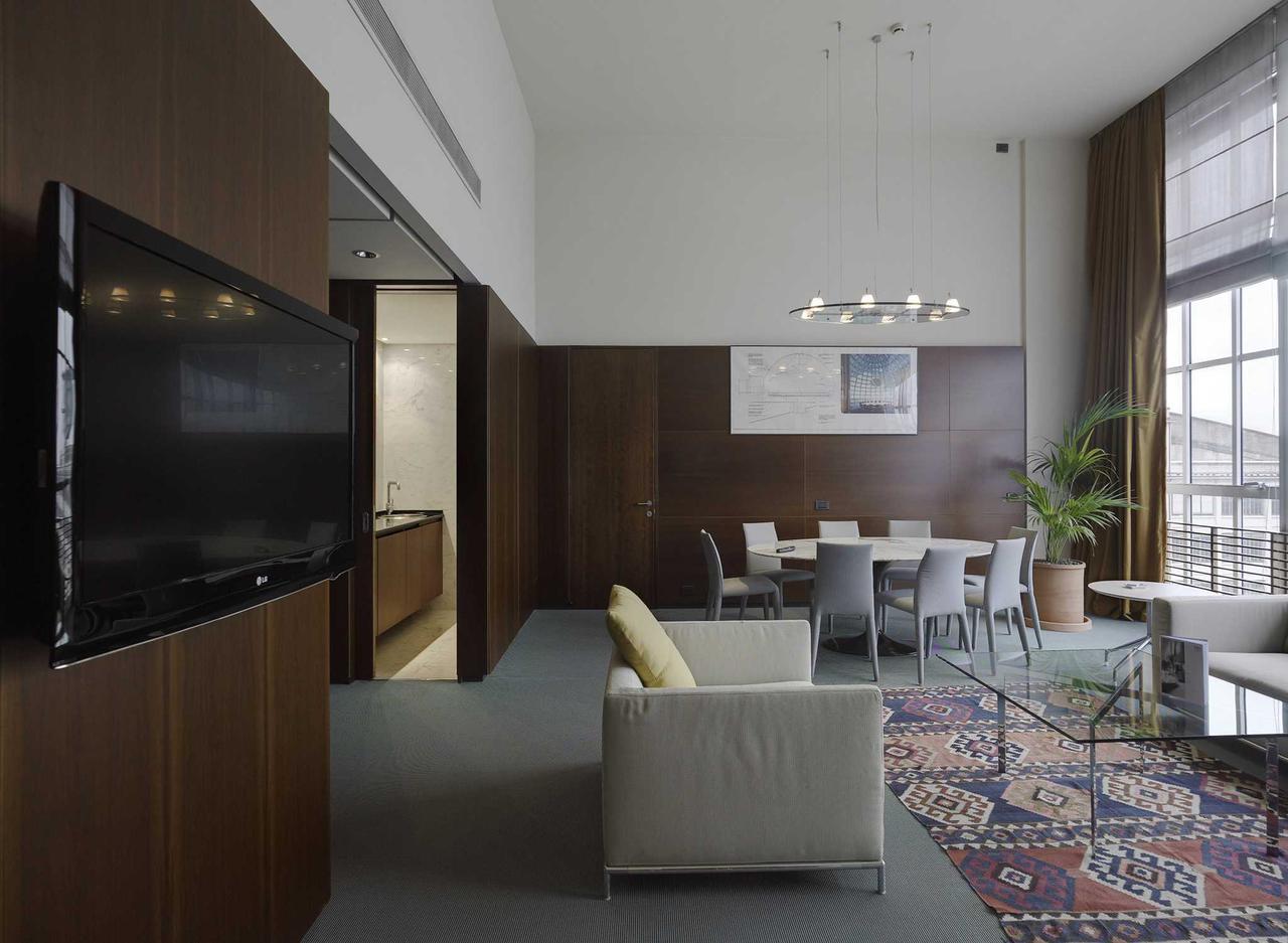 画像: スイート・ルーム。室内にもレンツォ・ピアノが手掛けた図面が掲げられている。